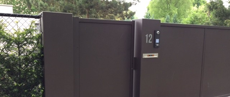 Automatisering: zuil met intercom van Vink Hekwerken