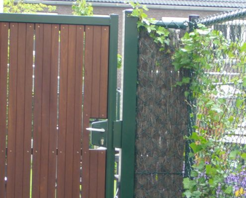 Enkele poort groen met houtvulling particuliere tuinen Vink Hekwerken