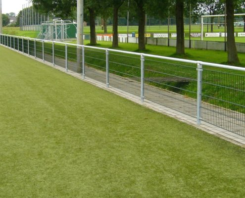 Vink Hekwerken leunhekwerk van dubbel staafmat met vulling om voetbalveld